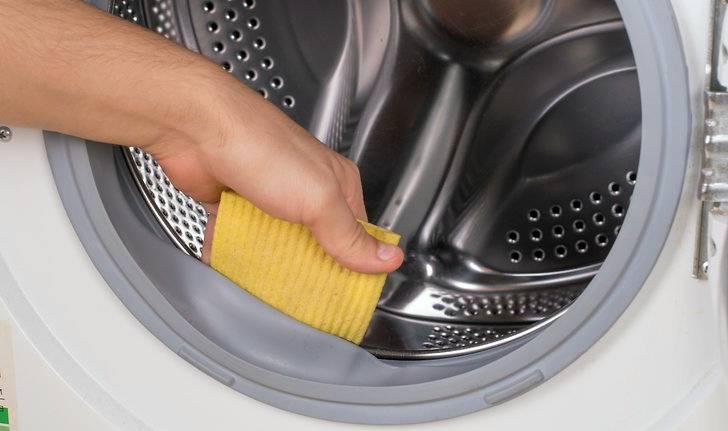 губкой убираем плесень в стиральной машине